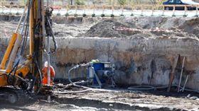 德國拆彈專家今日進行拆除一枚重500公斤的二戰未爆彈工程。(圖/翻攝Times LIVE)