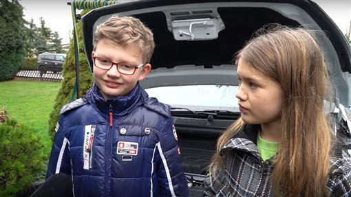沒有雨刷水怎麼辦?德國環保神童新創意(圖/https://www.youtube.com/watch?v=X5IreuF-tOY)