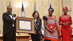 史王頒勳章證書給蔡總統(1)總統蔡英文(左2)訪問非洲友邦史瓦濟蘭,17日(當地時間)赴史國Lozitha王宮,史國國王恩史瓦帝三世(King Mswati Ⅲ)(左)贈勳及勳章證書給蔡總統。中央社記者吳翊寧史瓦濟蘭攝 107年4月18日