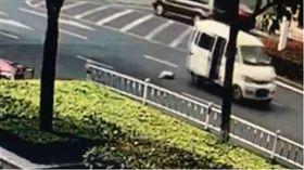 扯!天兵父母開車過彎 把嬰兒甩出車外竟渾然不知 圖/翻攝梨視頻