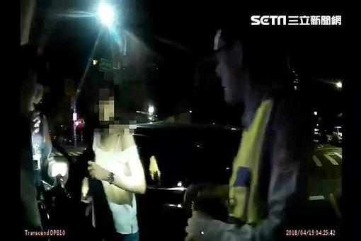 黃女將K他命藏在胸罩內,現場警員呼叫女警支援,她隨即穿起外套,打算趁機拿出毒品丟棄,仍遭警方眼尖識破,訊後依毒品罪送辦(翻攝畫面)