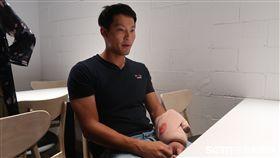 林哲瑄遭觸身球,左手賽後仍冰敷治療中。(圖/記者王怡翔攝)