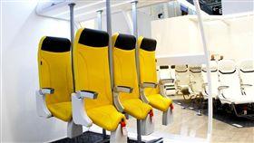 Aviointeriors於飛機內裝展推出「直立式座椅」,讓旅客站著飛行。(圖/翻攝自Aviointeriors)