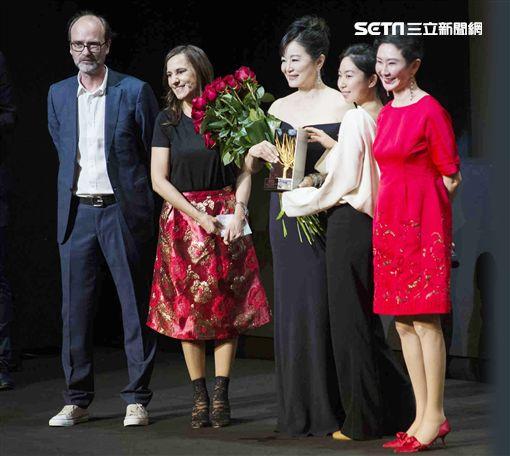 邢愛林(右2)意外現身為媽媽林青霞獻花。(圖/双喜電影提供)