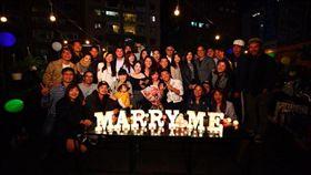 蔡昌憲日前求婚成功,正式將再一起7年的空姐女友套住了。(圖/翻攝自臉書)