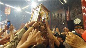 萬眾恭迎大甲媽祖回鑾安座大甲鎮瀾宮媽祖回鑾安座,信徒們伸長了手,爭向撲向媽祖神龕,希望能夠摸得來年的平安順利。中央社記者趙麗妍攝 107年4月23日