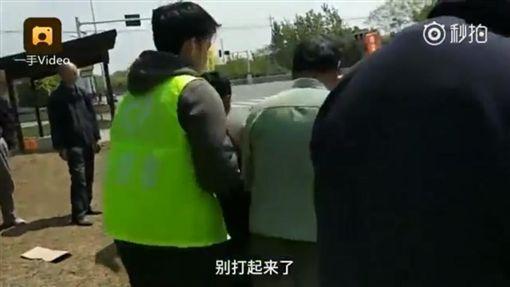 大陸南京市舉行馬拉松,村民當眾搶補給品(圖/翻攝自強國奇聞臉書)