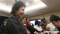 總統府秘書長陳菊與媒體相見歡。(記者盧素梅攝)