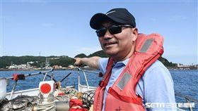國民黨新北市長候選人侯友宜搭船出海看象鼻岩及深澳電廠預定地。 (圖/記者林敬旻攝)
