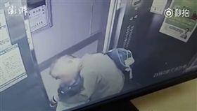 大陸廣東深圳一名65歲色老翁在電梯內強吻一名女童,就連電梯門口開時仍不收手,後來女童趁電梯門開時,推開老翁跑走並報警。而該名老翁因涉嫌猥褻兒童,目前被刑事拘留。(圖/翻攝自秒拍)