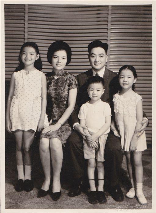 全家福照片,左至右為:大女兒平瑩、林婉珍、平鑫濤、小兒子平雲、二女兒平珩。圖/皇冠提供