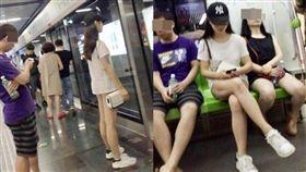 中國大陸,正妹,地鐵,下空,半裸(圖/微博)