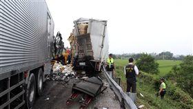 國道3死車禍 現場貨物散落一地國道1號南下台南麻豆路段23日發生車禍,造成2名員警及大貨車駕駛共3人當場死亡,現場貨物散落一地。中央社記者楊思瑞攝 107年4月23日