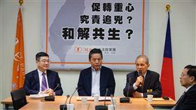 行政院秘書長卓榮泰(左)率領促轉會主委被提名人黃煌雄(右)拜會親民黨團。(圖/親民黨團提供)