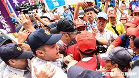 退休軍警公教反年改抗議,八百壯士在中正一分局與警方發生衝突。 (圖/記者林敬旻攝)