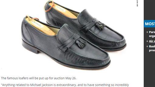 流行天王,麥可傑克森,月球漫步,舞步,皮鞋,拍賣 http://www.kvoa.com/story/38019888/michael-jacksons-famous-moonwalk-shoes-are-going-up-for-auction
