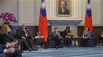 蔡英文總統24日上午接見「中美洲邦交國處理廉政事務機關首長及官員訪問團」。(圖/總統府提供)