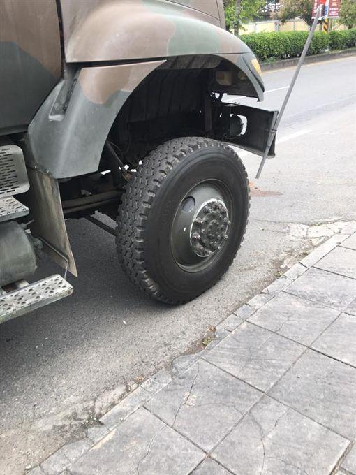 國軍軍卡撞瑪莎拉蒂印「輪胎形狀」(圖/翻攝自南投人聊天室臉書)