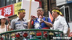 退休軍警公教反年改抗議,八百壯士,花蓮退役警察前往中正一分局報案警方過度蒐證執法。 (圖/記者林敬旻攝)
