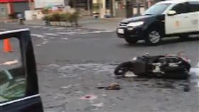 開車擦撞機車騎士致傷 台南警局長:負全責台南市警察局長黃宗仁日前開車與一名騎機車的婦人擦撞,婦人頭部受傷,目前仍在加護病房。黃宗仁24日表示,對此事感到相當內疚,一定會負起全責。圖為黃宗仁事發後自行記錄的車禍現場影像。(翻攝畫面)中央社記者楊思瑞台南傳真 107年4月24日