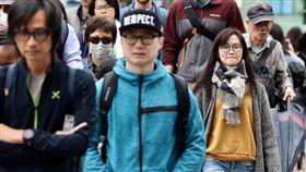 鋒面到降溫降雨(2)鋒面15日通過台灣,全台天氣不穩定,中央氣象局預測,15日晚間至16日清晨,各地低溫將降至16到21度。走在台北街頭的民眾穿著保暖。中央社記者吳翊寧攝 107年4月15日