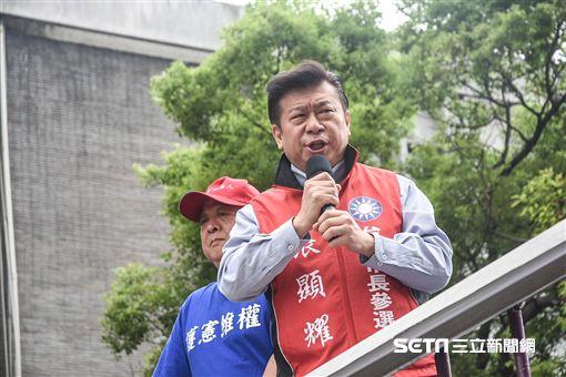 國民黨台北市長擬參選人張顯耀上台支持八百壯士反年改。 (圖/記者林敬旻攝)