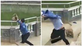 大陸一名男子惡意推猴子下水慘遭圍攻追咬(圖/翻攝自微博)