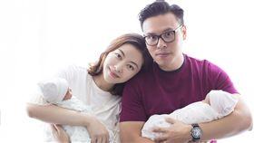 熊黛林覺得高大的老公抱著嬌小女兒的畫面反差很大很好笑。(圖/翻攝自微博)