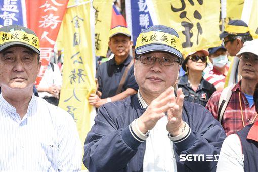 八百壯士反年改、反軍改抗議,李來希台下支持。 (圖/記者林敬旻攝)