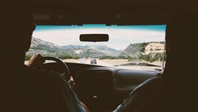 情侶開車示意圖/pixabay