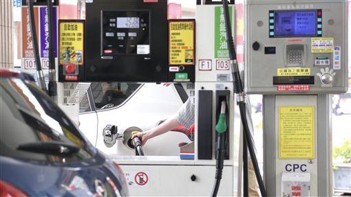 油價飆高 民眾自助加油省荷包(2)中油公司22日表示,受美國商用原油庫存意外下降及中東地緣政治情勢緊張影響,23日凌晨零時起,調漲各式汽、柴油每公升各0.5元。圖為民眾在加油站使用自助加油。中央社記者吳翊寧攝 107年4月22日-加油-加油站-自助加油-