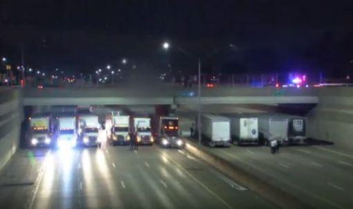 美國一名男子在696號州際公路上要尋短,警方立刻在高速公路上向路過的貨車求助,共有13輛大貨車排列在橋下築起「車牆」,以減少男子墜落地面的距離,成功救回男子一條命。不少網友看到這一幕,紛紛直呼「好溫馨,你們是英雄!」(圖/翻攝自YouTube《WJBK   FOX 2 News Detroit》