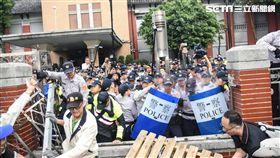正面衝突!八百壯士攻擊立院正門 與警方爆發激烈衝突(圖/記者林敬旻攝)