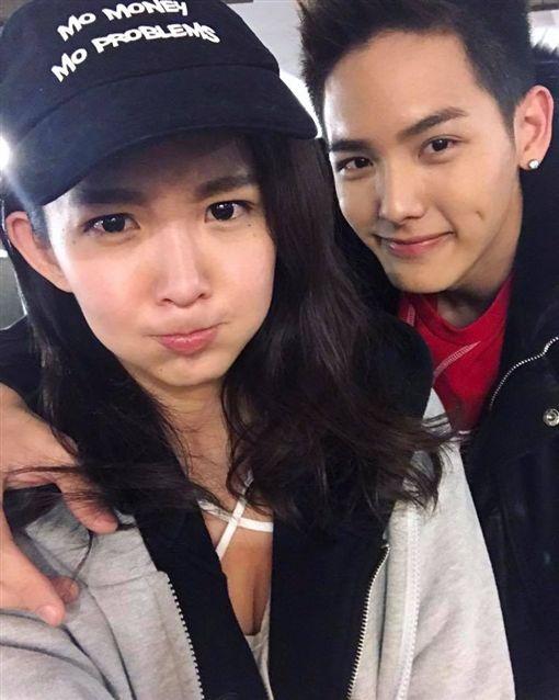 瑤瑤和新歡喇舌認愛,以綸說她嘴唇很軟。(圖/翻攝自臉書)