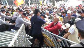 反年改團體《八百壯士》在立法院大門口推倒拒馬(翻攝畫面)