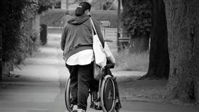看護、推輪椅、照顧病人示意圖/pixabay