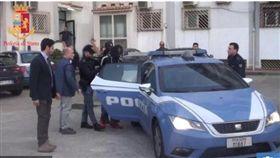 英國一名39歲的女子在網路上認識一位住在德國的難民賈洛(Mamadou Jallow),兩人相約到義大利,沒想到她抵達到後,慘遭賈洛與另外2名難民囚禁、輪流性侵2個禮拜。目前賈洛與另外2位難民已被警方逮捕。(圖/翻攝自太陽報)