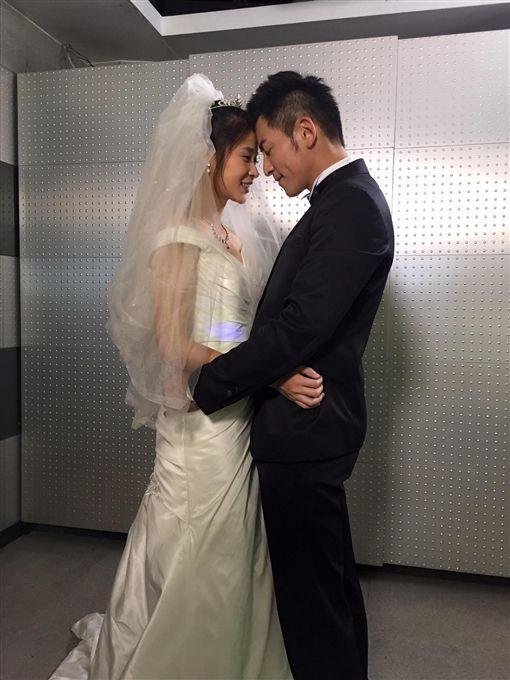 李燕、趙駿亞被直擊台北街頭約會。(圖/翻攝自臉書)