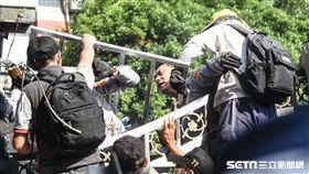 反年改團體八百壯士與警方衝突 記者林敬旻攝影