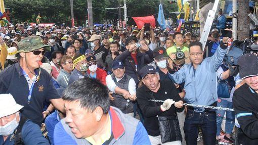 反年改團體八百壯士25日在立法院外抗議,與警方發生推擠(圖/記者林敬旻攝影)