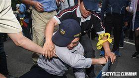 反年改團體八百壯士25日在立法院外抗議,霹靂小組遭推打(圖/記者林敬旻攝影)