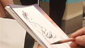 捷運阿伯1分鐘內作畫 網友直呼「高手在民間」(圖/翻攝自報廢公社)