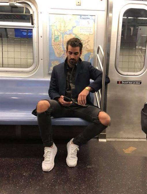 暖男超模《Nyle DiMarco回應熱情偷拍者》碰到這等帥哥我也會偷拍...(圖/翻攝自奈爾·迪馬科臉書)