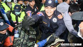 25日警方與反年改八百壯士發生激烈肢體衝突。 (圖/記者林敬旻攝)