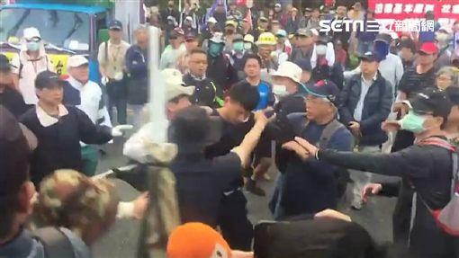 反年改團體《八百壯士》在立法院大門口抗議過程,還圍毆大安分局長周煥興(翻攝畫面)