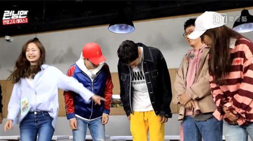 李光洙在節目Running Man中穿著飛鼠褲,褲襠異常突出。(圖/翻攝自愛奇藝)