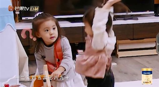 咘咘與Mia展開木馬爭奪戰。(圖/翻攝自Youtube)