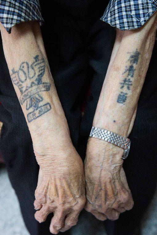 韓戰老兵張文業  雙手刺青訴說時代無奈(2)87歲的張文業,左手自由鳥、右手「肅清共匪」字樣,隨時間流逝,刺青早已褪色。說到戰爭,時而激昂時而無奈;談起家人,卻又是沉默無語,他是台灣為數不多韓戰老兵之一。中央社記者游凱翔攝  107年4月27日
