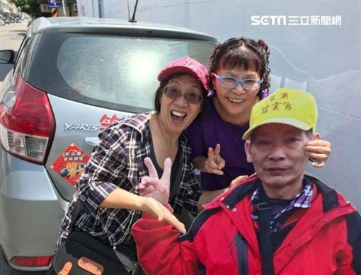 笑年嬤帶著亡夫立牌和女兒「三人」去環島圓夢