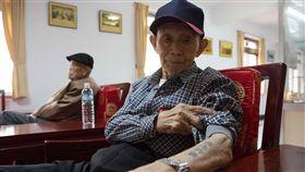 韓戰老兵張文業  雙手刺青訴說時代無奈(1)87歲的張文業,左手自由鳥、右手「肅清共匪」字樣,隨時間流逝,刺青早已褪色,他是台灣為數不多韓戰老兵之一。中央社記者游凱翔攝  107年4月27日